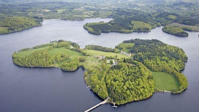 Vue aérienne sur l'ile du lac de Vassivière