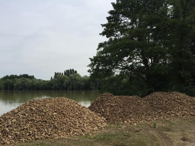 Mise en place de galets en pleine haut du lac du Grand Fontenay