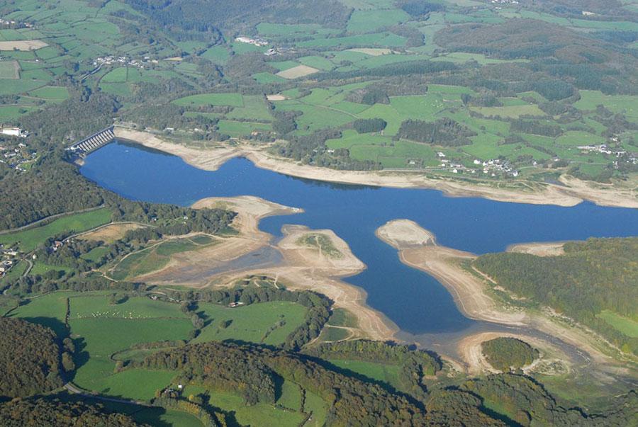 Vue aérienne du lac de pannecière