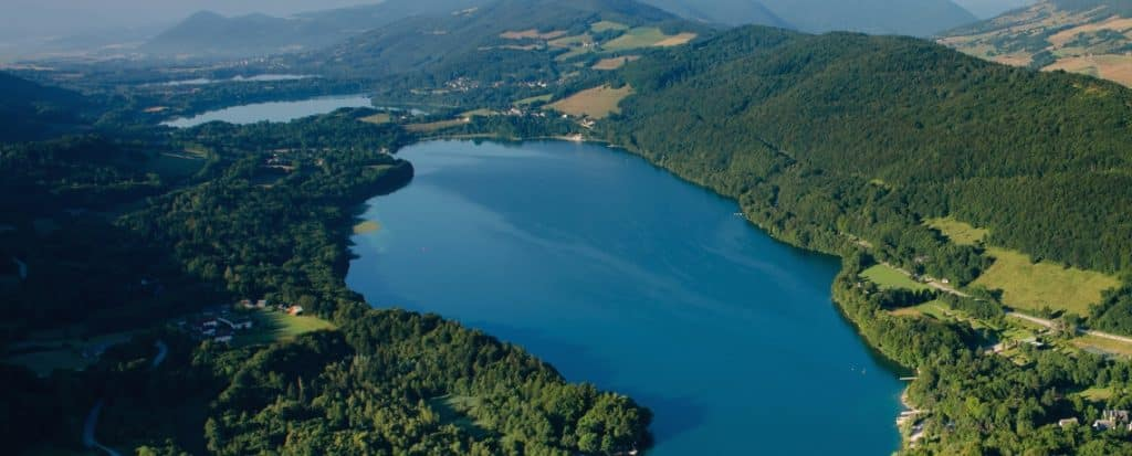 Vue aérienne du lac de Laffrey