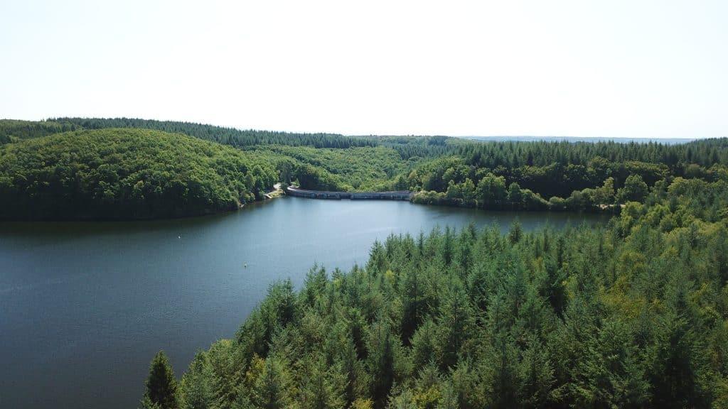 Vue aérienne du Lac de Neuvic aussi appelé barrage de la Triouzoune