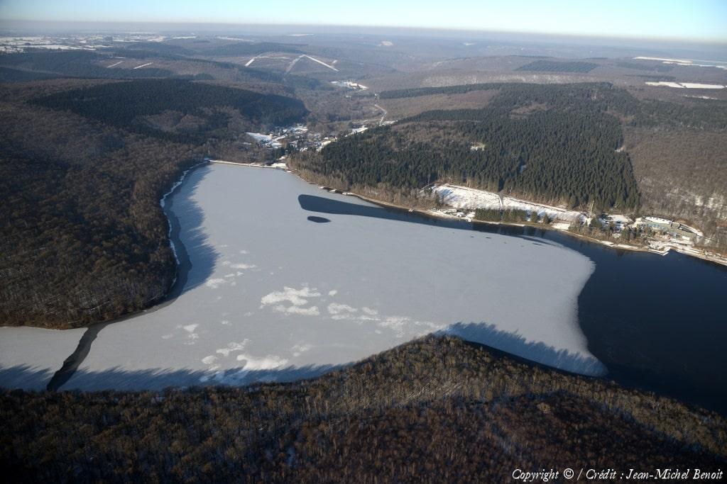 lac des vieilles forges sous la glace
