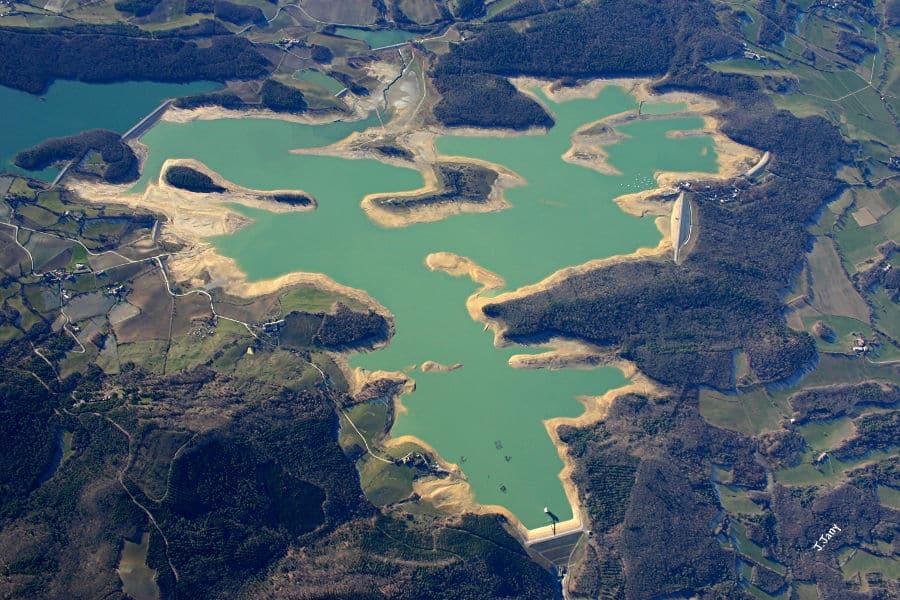 Vue aérienne du lac de Montbel en plein été