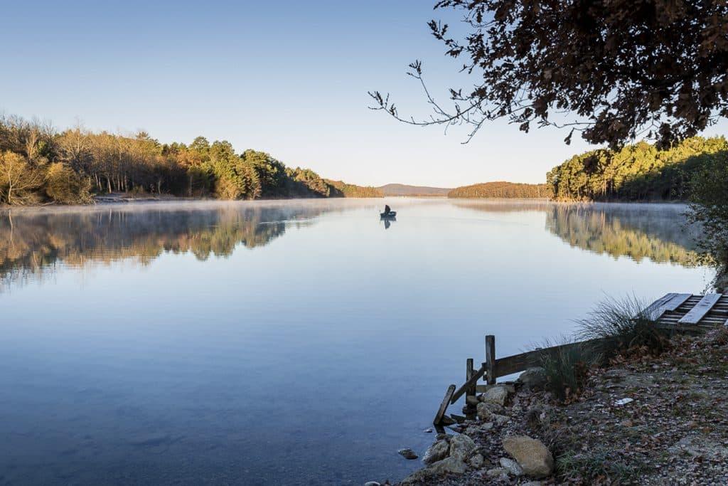 Etendue d'eau du lac de barrage de Montbel