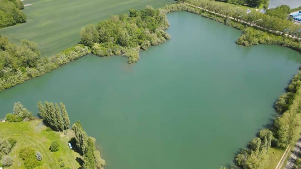 Vue aérienne sur le lac Authentic Fishing